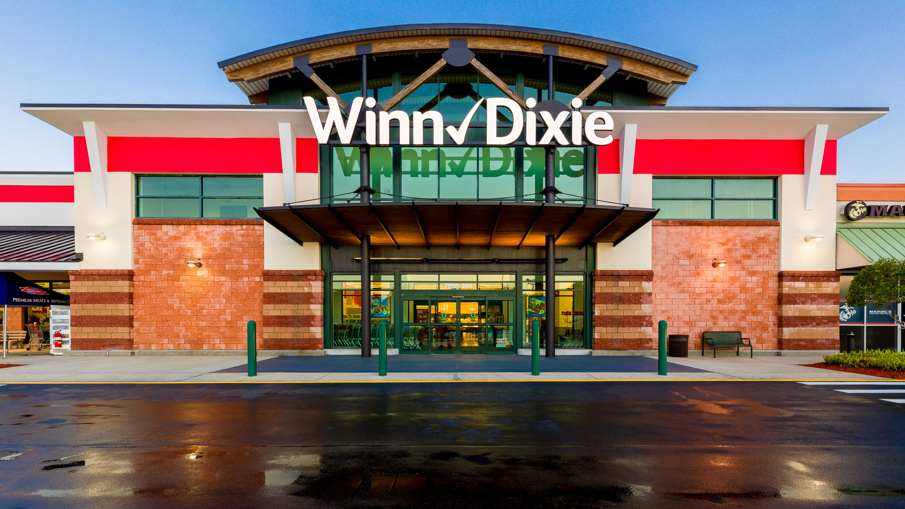 Exterior of a Winn Dixie grocery store